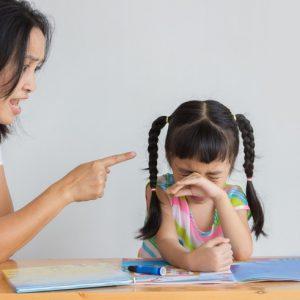 cư xử sai lầm của cha mẹ