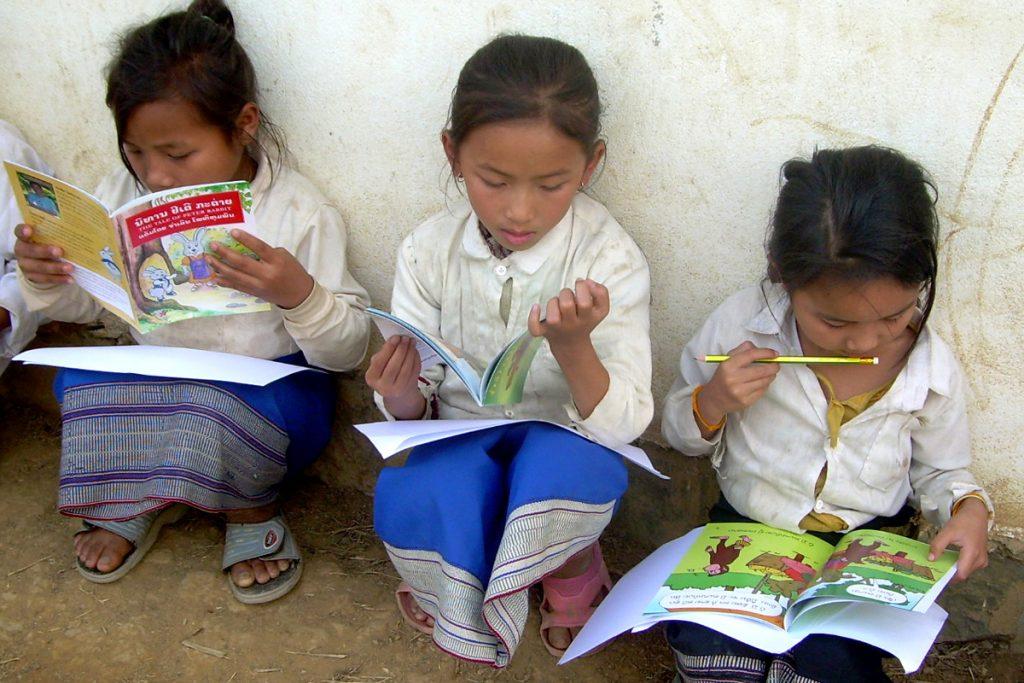 trẻ em đọc sách