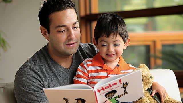 trẻ em đọc sách 2