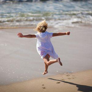 Cho trẻ đi chơi biển 1
