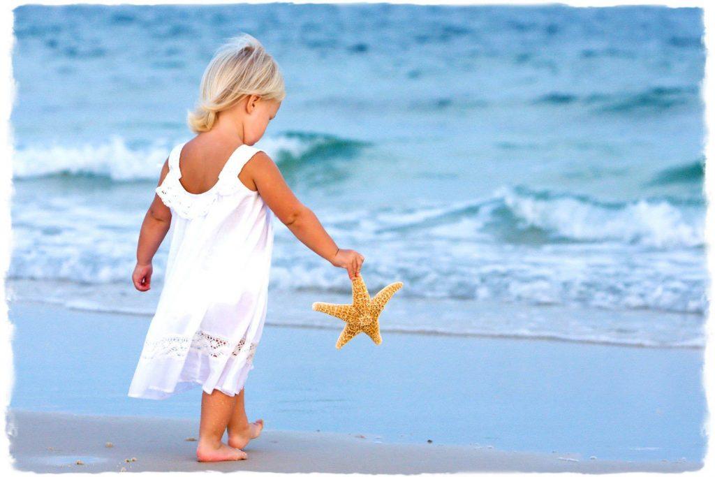 Cho trẻ đi chơi biển