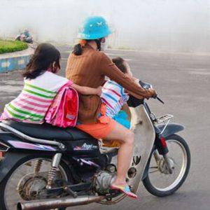 trẻ di chuyển bằng xe máy