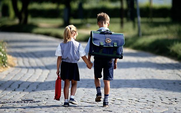 trẻ tới trường
