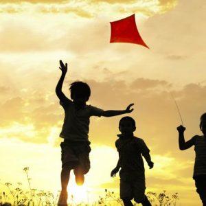 cho trẻ tự do trong khuôn khổ